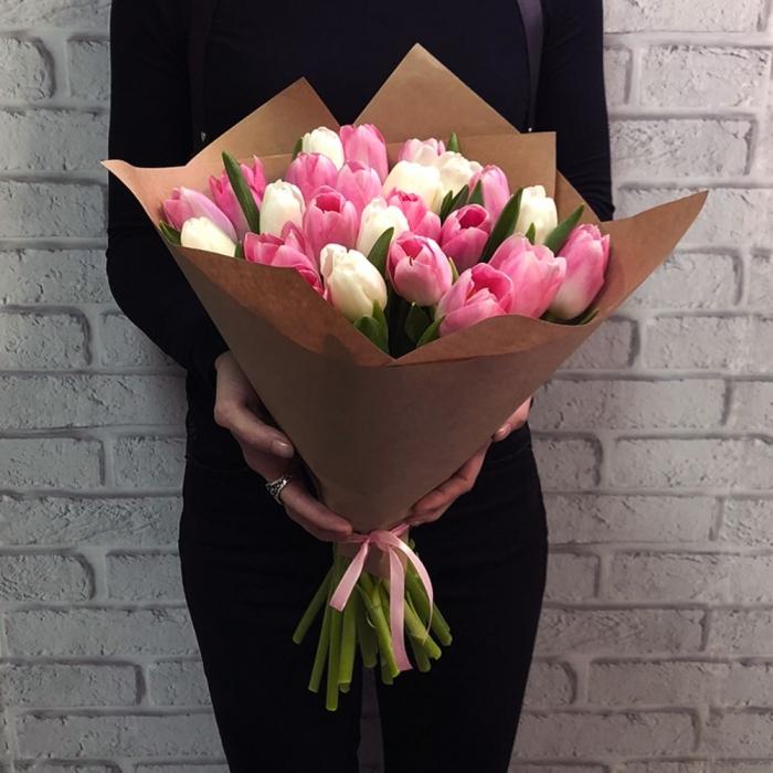 25 бело-розовых тюльпанов в крафте