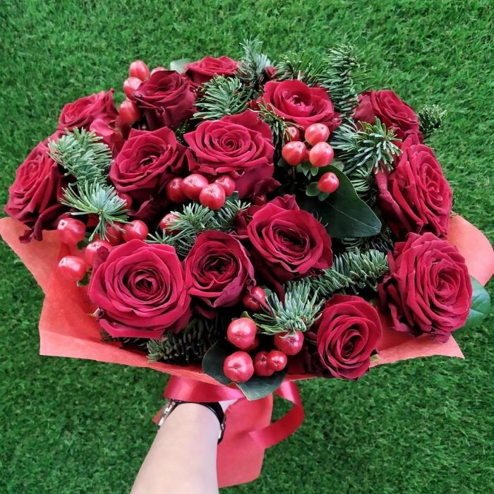 Букет из красных роз и веток ели