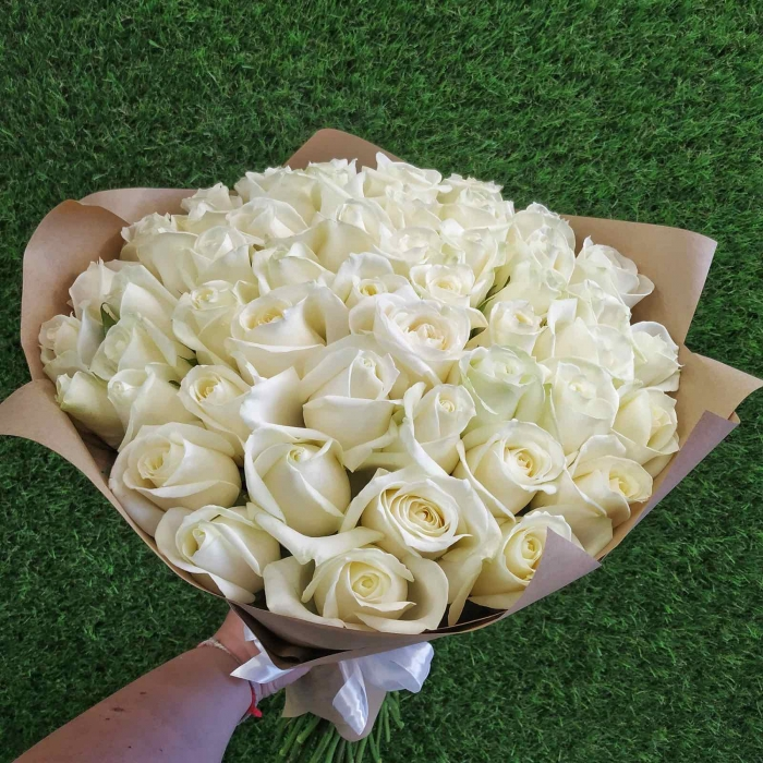 Букет из 51 белой розы в крафте