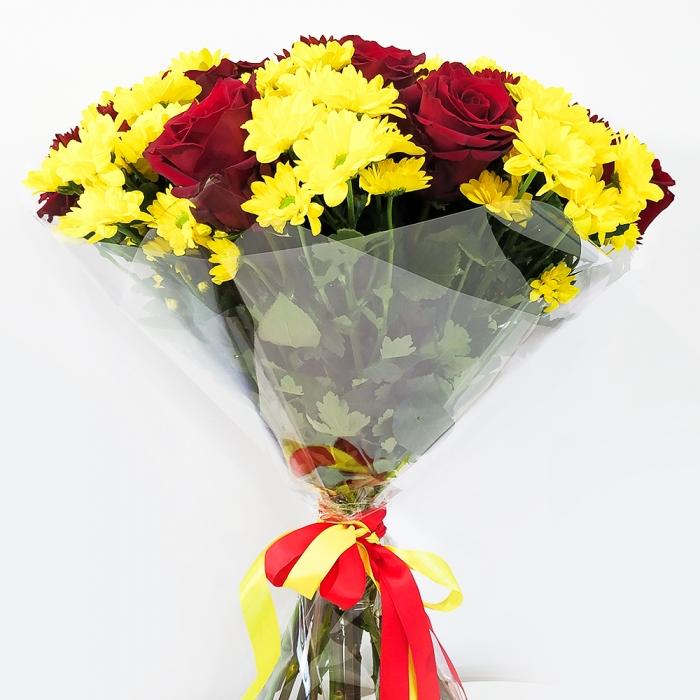 Букет Красно-желтый из роз и хризантем