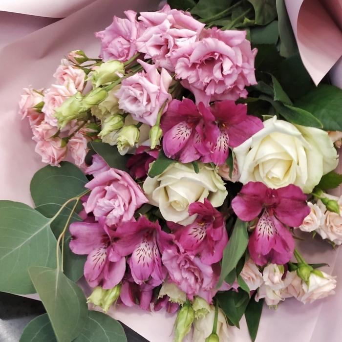 Букет из роз, эустом и альстромерий