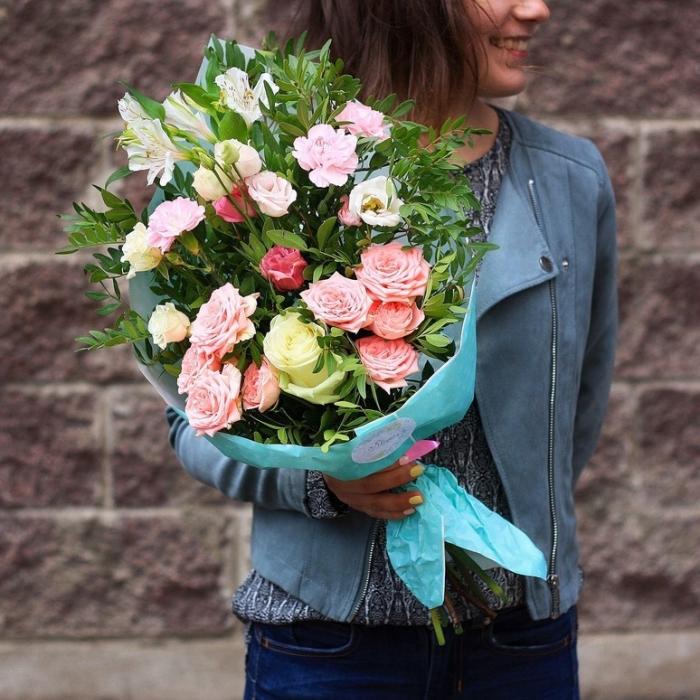 Букет из роз с зеленью