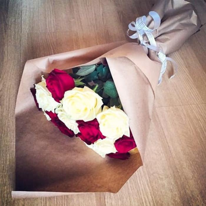 Крафт-букет из 15 белых и красных роз!