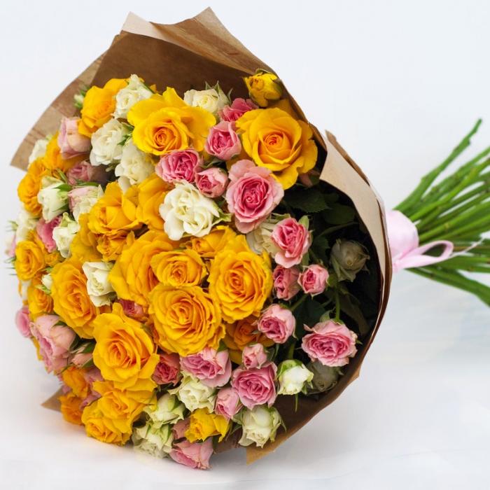 Букет из кустовых роз в крафте