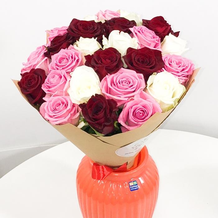 Акция! 25 разноцветных роз в крафте