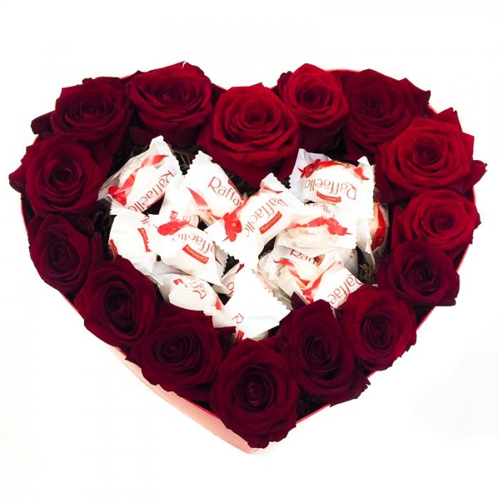 Композиция из роз и раффаэлло «Сладкий дуэт»