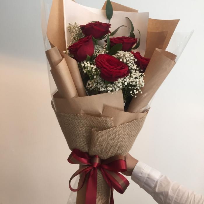 5 красных роз 70 см с гипсофилой