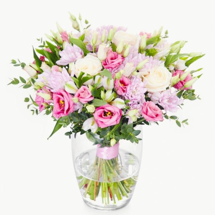 Нежный букет из эустом и хризантем