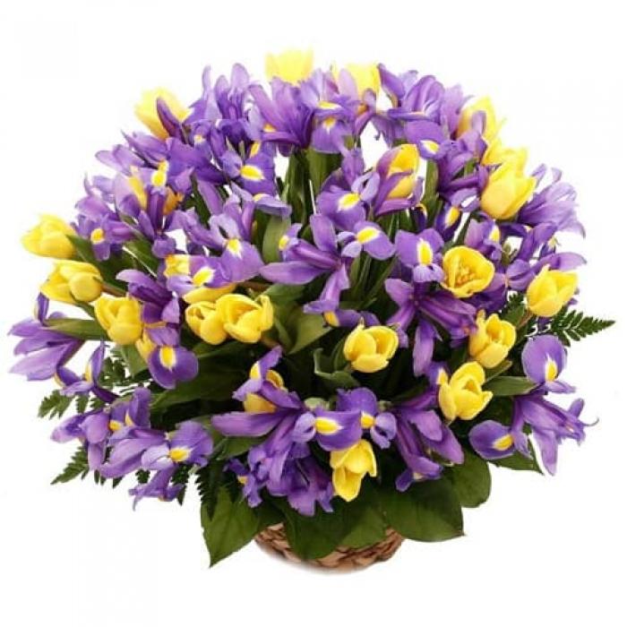 Цветочная корзина из ирисов и тюльпанов