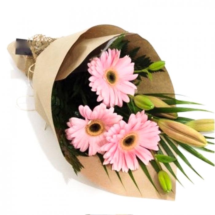 Букет из гербер и веточки лилии