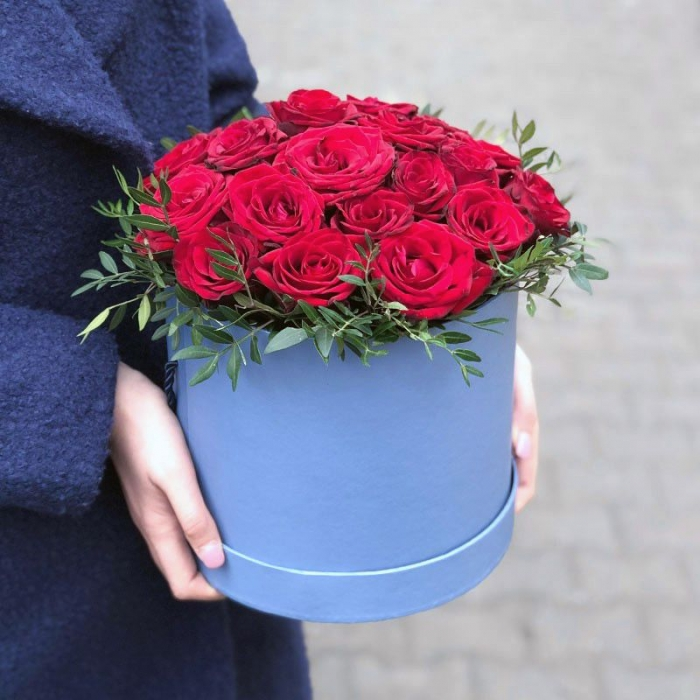 25 красных роз с зеленью в коробке