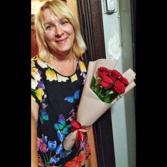 Букет из 5 прекрасных роз 50 см