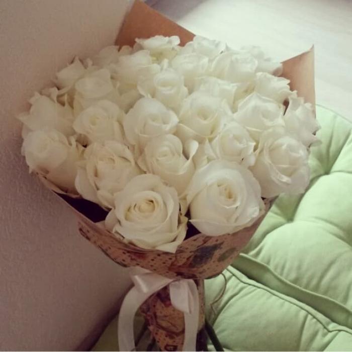 Акция! 25 белых роз в крафте + подарок и доставка!