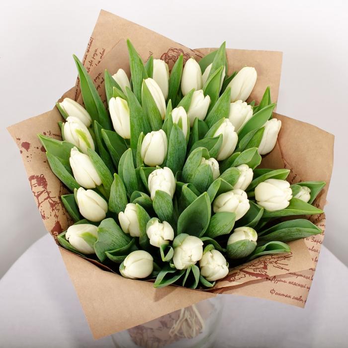 Букет из 51 белого тюльпана в крафте