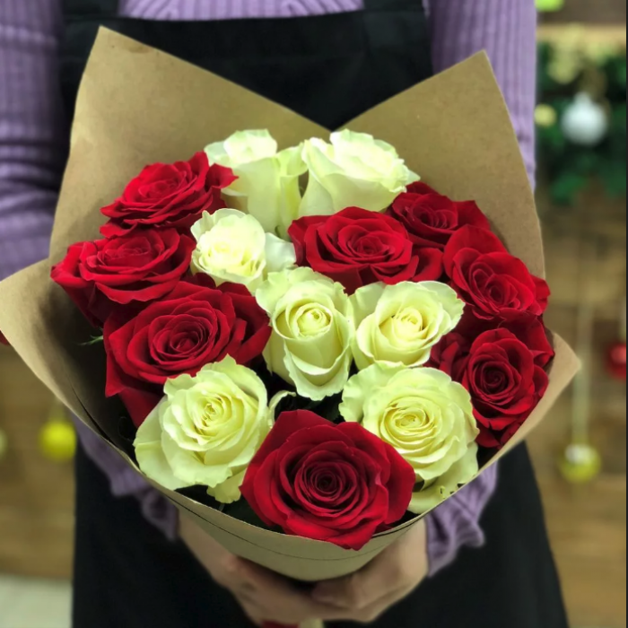 """Букет из красных и белых роз в крафте """"Для тебя"""""""
