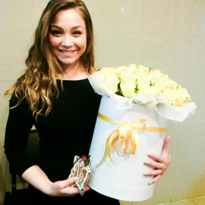 39 желтых роз в шляпной коробке