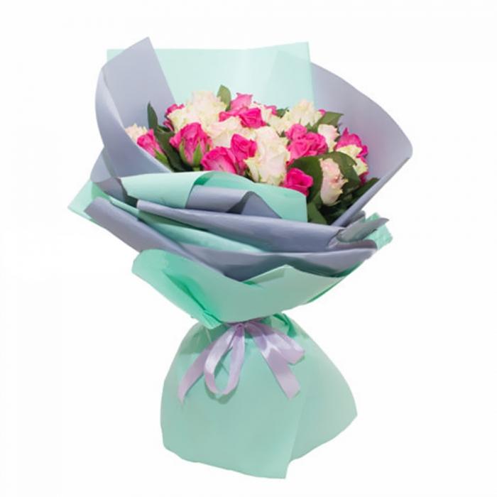 """Букет из белых и розовых роз """"Бирюза"""""""