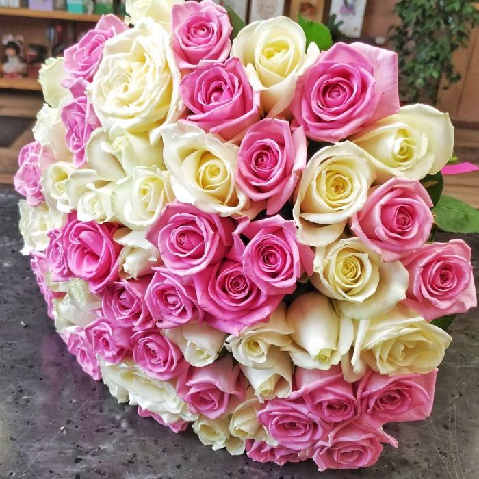 Букет из 59 белых и розовых роз