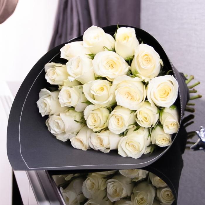 Букет из белых роз 70 см