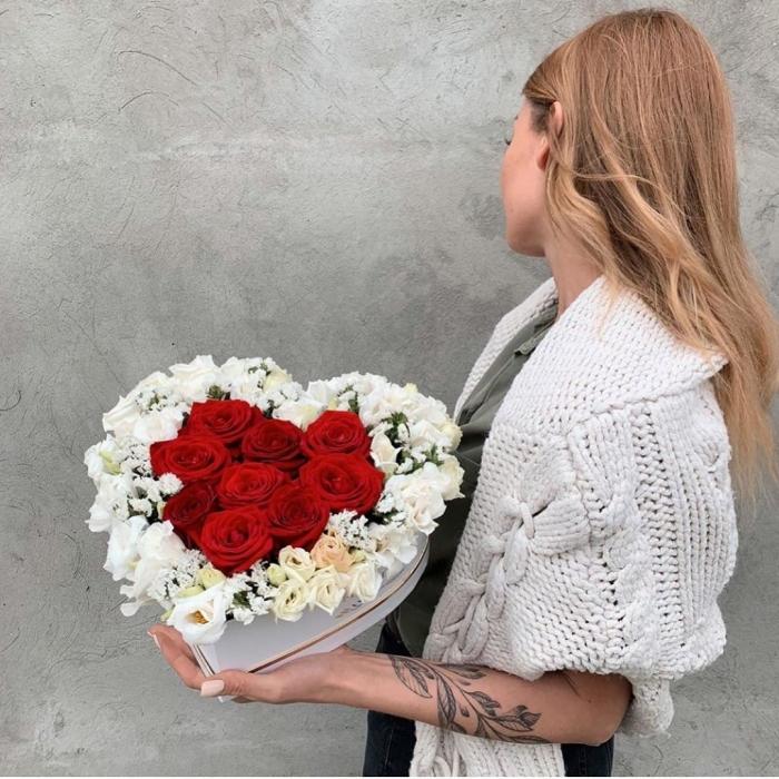 Композиция сердечко из роз и эустомы