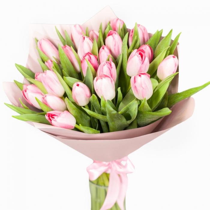 Букет из 25 нежно розовых тюльпанов в крафте