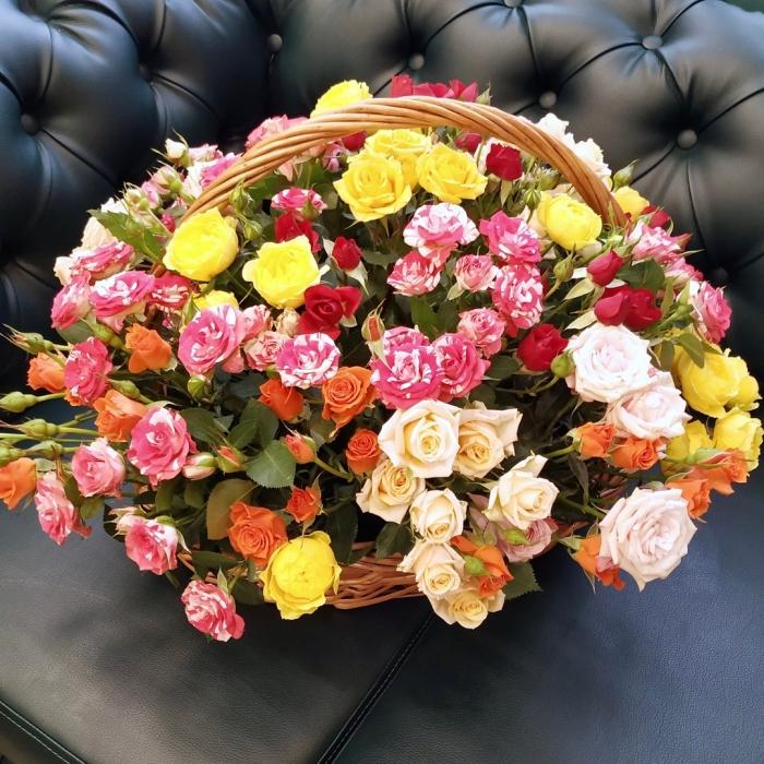 """Кустовые розы в корзине """"Разноцветный сюрприз"""""""