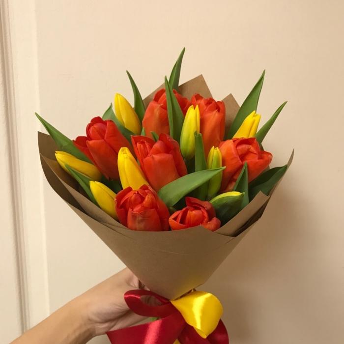 Букет из 15 красных и желтых тюльпанов в крафте