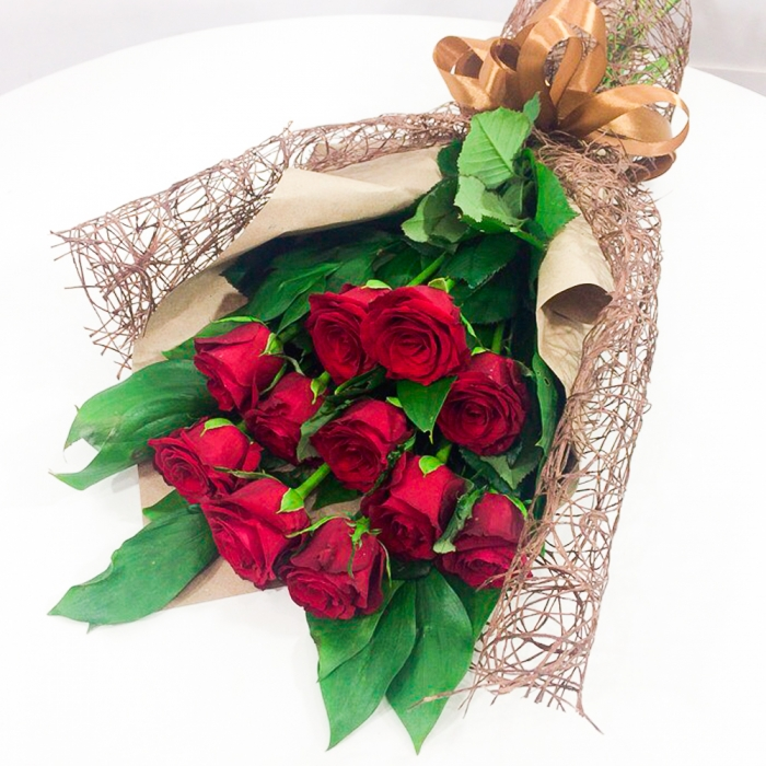 """Букет из 11 красных роз с зеленью """"Совершенство"""""""