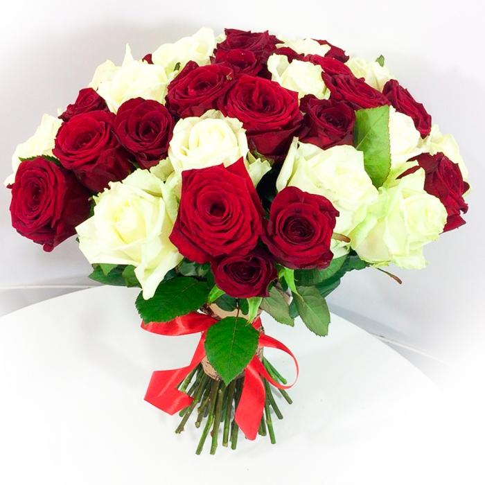 Букет из  59 белых и красных роз