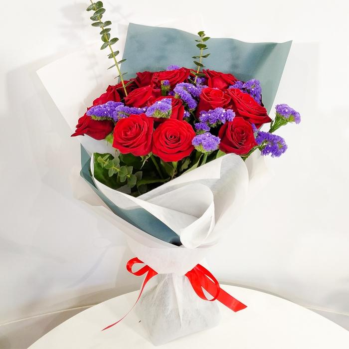 Букет из 25 красных роз и статицы