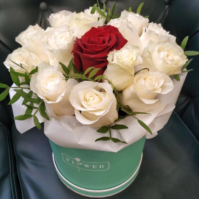 Шляпная коробка из 15 роз Зефир