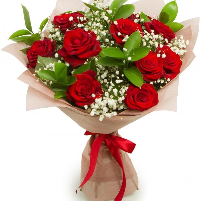 Букет из красных роз с зеленью