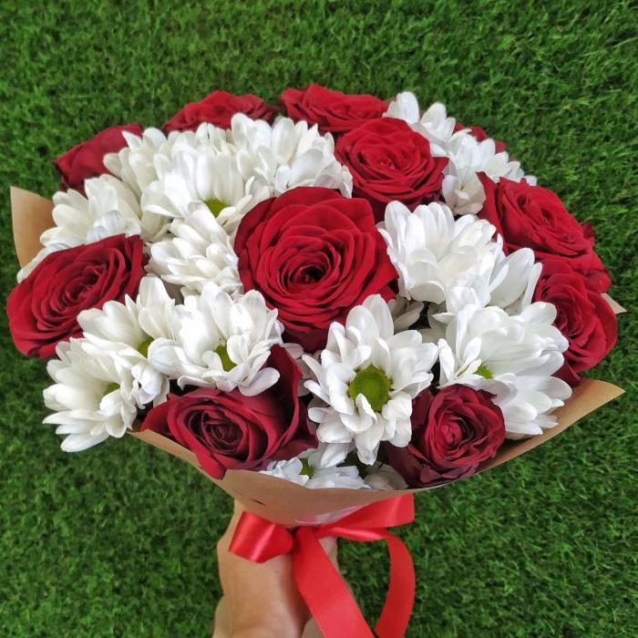 Букет из ромашковых хризантем и роз в крафте