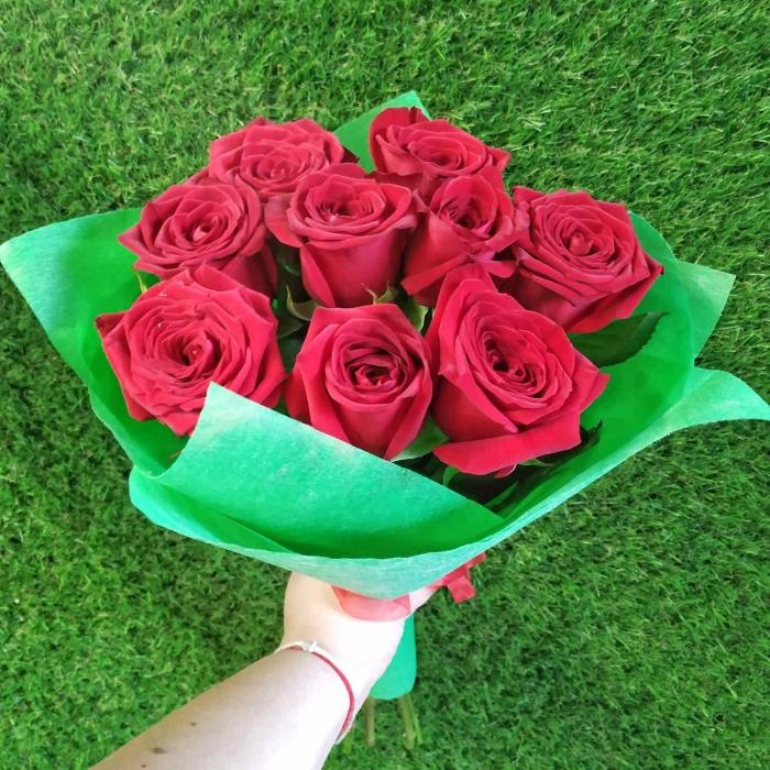 Букет в зеленом из 11 красных роз 50 см