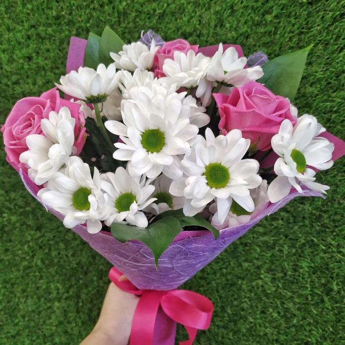 Букет из 3 розовых роз и хризантем