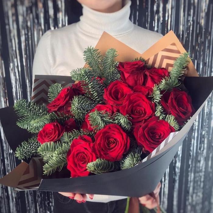Букет из красных роз и нобилиса