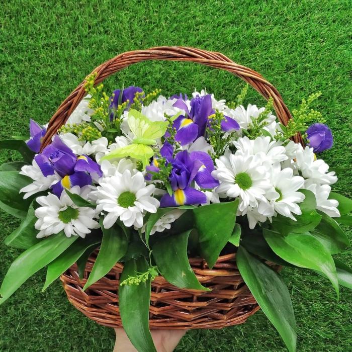 Корзина из ирисов и кустовых хризантем