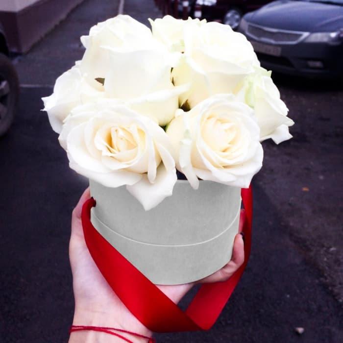 11 белых роз в шляпной коробочке