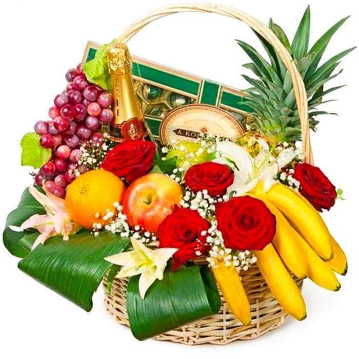 Корзина с фруктами, розами и лилиями