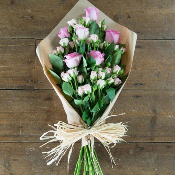 Нежный букет из розовых и кустовых роз