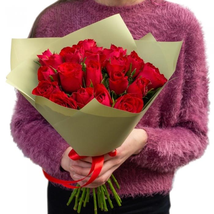 Букет из 25 красных кенийских роз в крафте