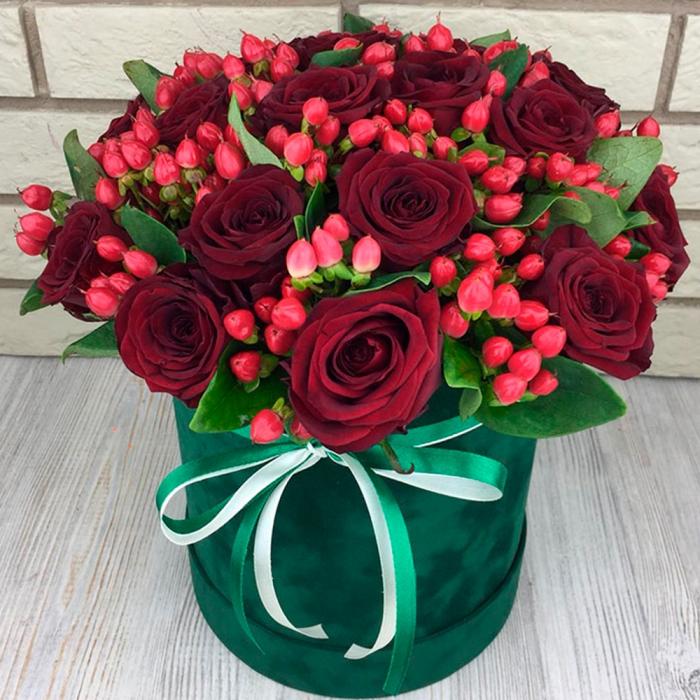 Композиция в шляпной коробке из роз и гиперикума