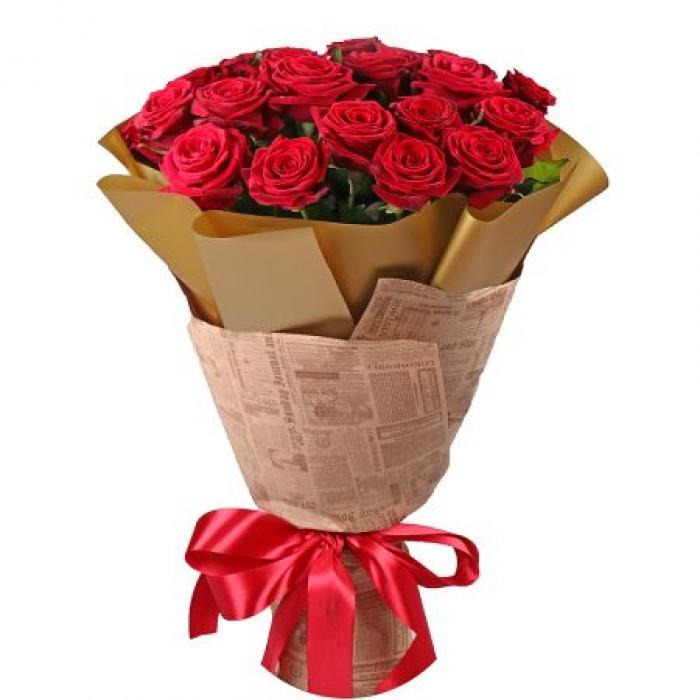 Букет из 15 красных роз в крафте