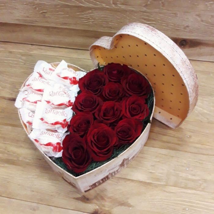 """Композиция из роз и раффаэлло """"Сладкая любовь"""""""