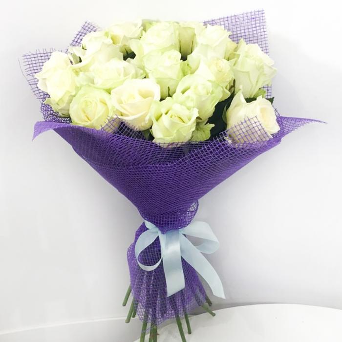 """Букет из белых роз """"Чистая лазурь"""""""