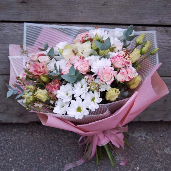 Нежный букет из роз и хризантем