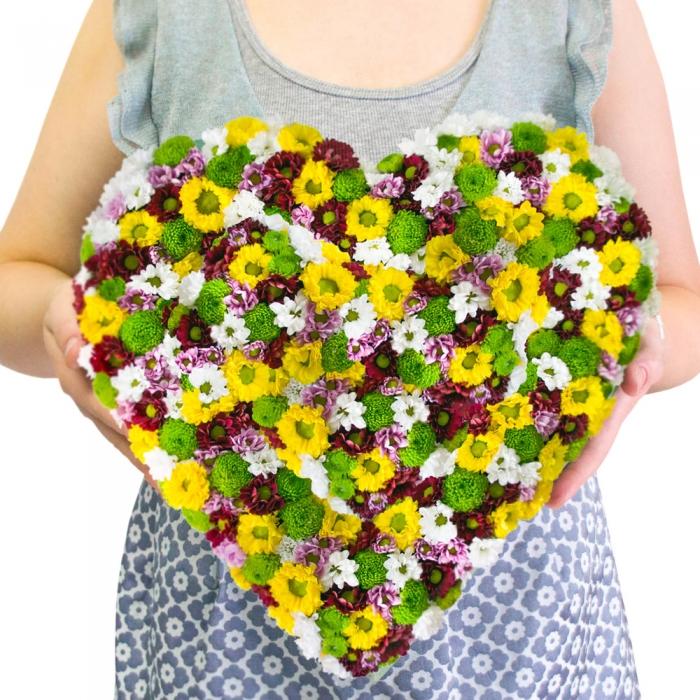Композиция в форме сердца из хризантем
