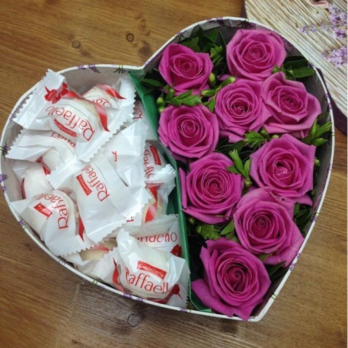 """Композиция из конфет с розами """"Красота любви"""""""