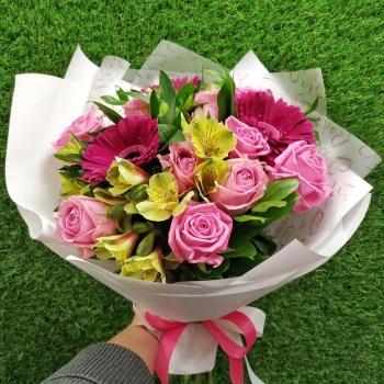 Нежный букет из розовых гербер и роз