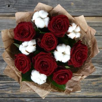 Букет из красных роз и хлопка